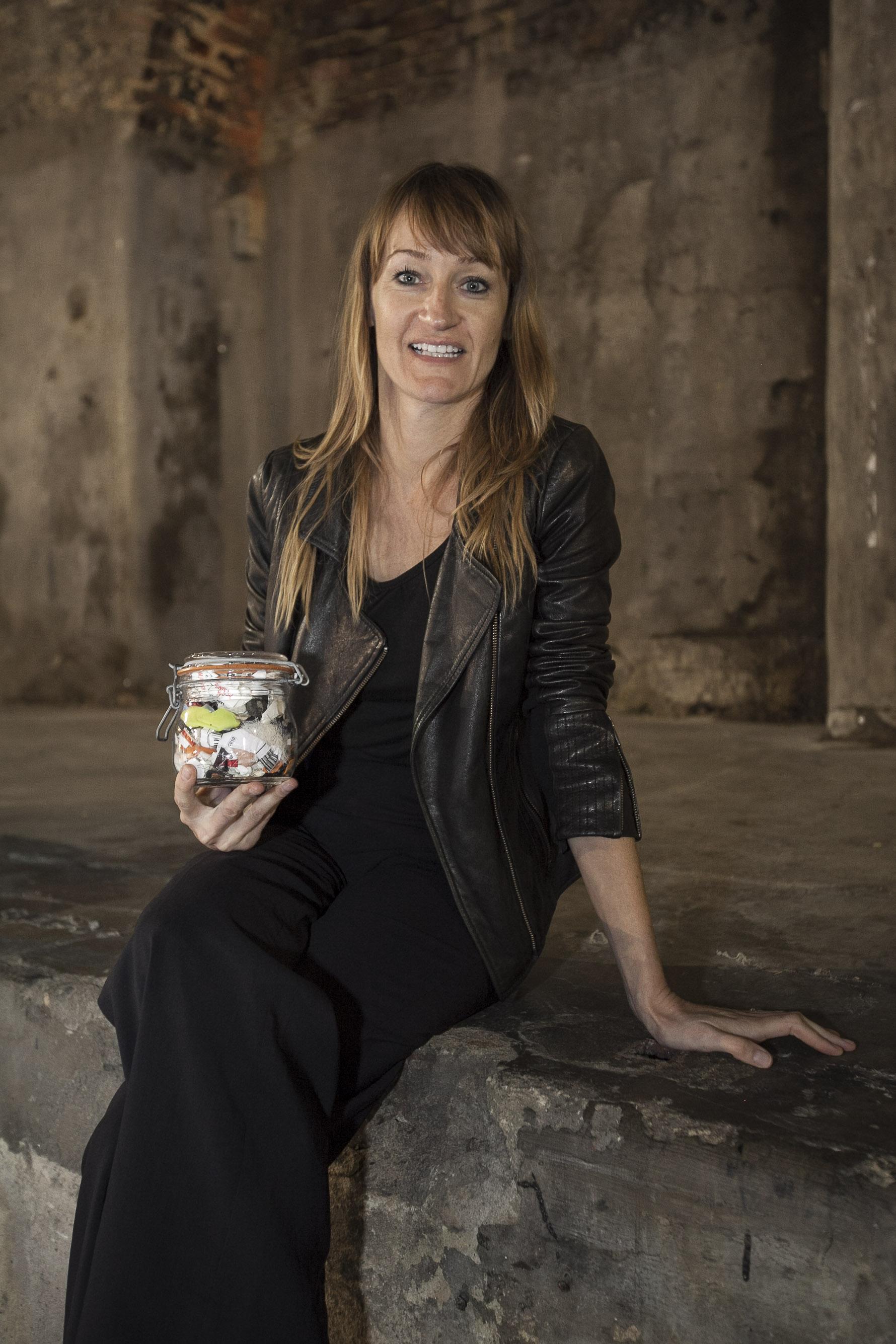 Bea Johnson a híres üvegével, melyben a család 1 éves hulladéka található - Copyright: Bea Johnson, ZeroWasteHome.com