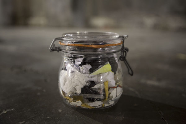 Forrás: http://www.zerowastehome.com/2017/02/whats-in-our-2016-jar-of-annual-waste/