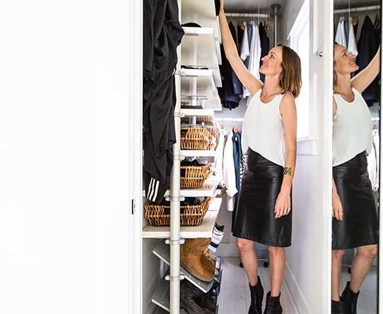 A gardrób: fejenként 1 bőröndnyi ruha van benne, korábbi ruhatáruk 20 százaléka, ennyi bőven elég - Beának 15 darab ruhája van, amit elmondott, hogy legalább 50 különböző variációban tud hordani. Copyright: Michael Clemens