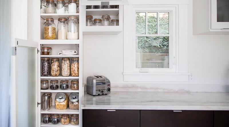 A konyhában és otthon a legtöbb helyiségben ilyen csatos üvegekben tárolnak mindent - műanyag nincs. Az üvegeket a vásárláskor magával viszi, ha kifogy és abba tölti bele az árut - nincs más csomagolás, amiben hazaviszi.  (Fotó: Michael Clemens )