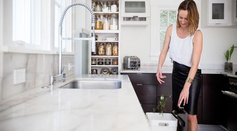 A konyha - a pulton szinte soha nincs semmi, csak amivel dolgozik éppen. A felszerelés minimális a szekrényekben is. Csak a legszükségesebb. Copyright: Michael Clemens