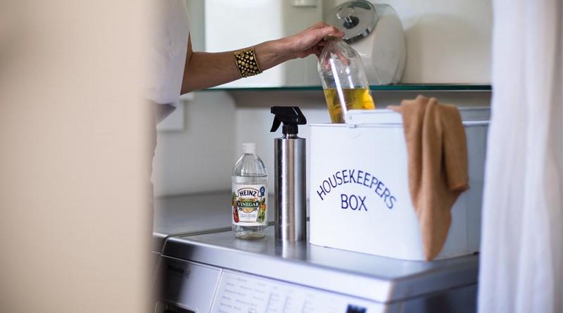 háztartási doboz: ecet, olaj, szódabikarbóna és víz - minden felületet ezzel takarít, ápol, Copyright: Michael Clemens