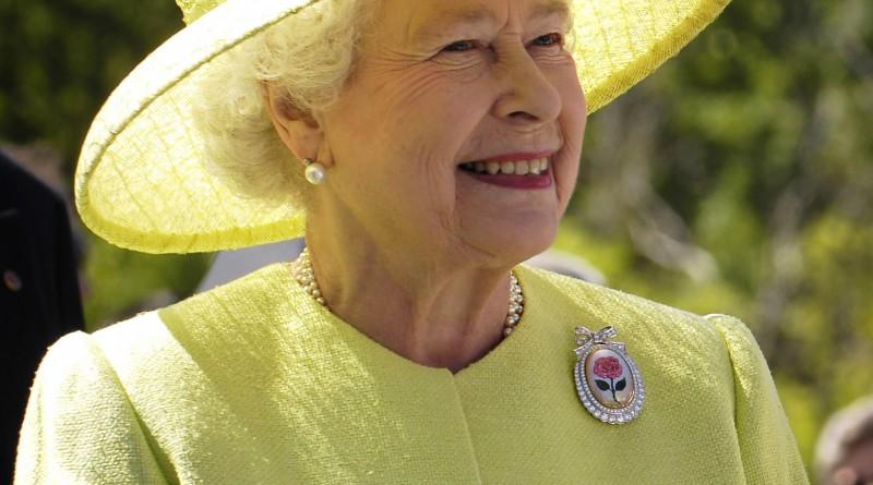 Őfelsége, II Erzsébet brit királynő a saját palettájáról választott világos színben is elegáns - nem kell tehát mindig sötétbe bújni akkor sem, ha elegánsnak kell lenned . Hordj bátran színeset! Kép: Wikimedia