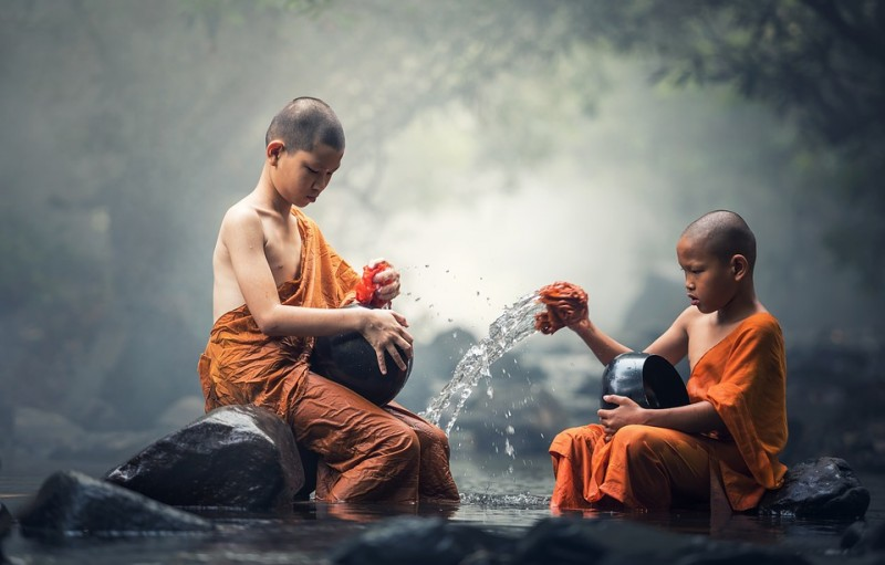 Szerzetes fiúk narancs színű lepelben. - Kép. pixabay